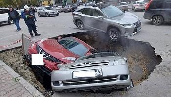Две машины провалились под землю в Новосибирске из-за аварии на теплотрассе. Видео с места происшествия