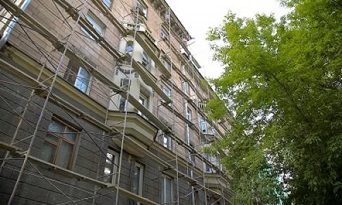 В Ленинском районе Новосибирска обновляют фасад 68-летнего дома