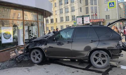 """Пытаясь проскочить на """"красный"""" водитель БМВ сбил пешеходов и врезался в здание. Видео с места аварии в центре Новосибирска"""