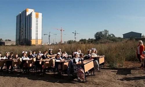 В Красноярске детей отправили учиться на улицу