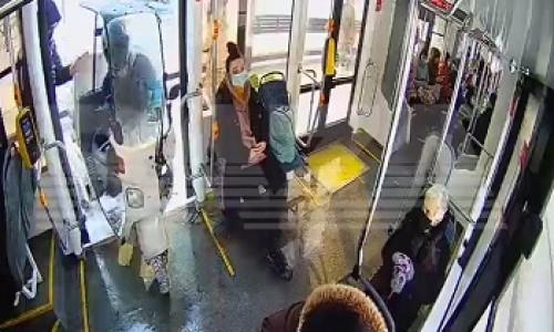 В Москве доставщик пиццы заехал в трамвай на мопеде