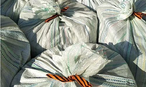 Мешки с мусором перевязали георгиевской лентой и выбросили на помойку рабочие на Алтае