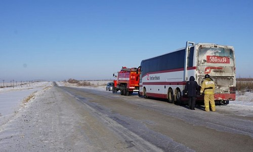 В минус 40 во втором часу ночи на алтайской трассе сломался автобус с детьми