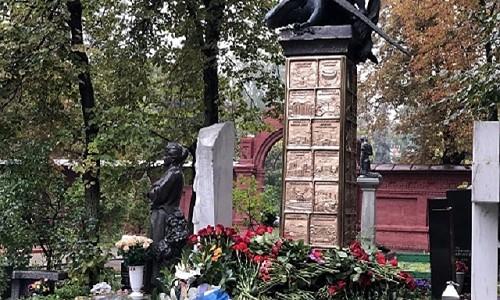 Памятник Юрию Лужкову появился на Новодевичьем кладбище