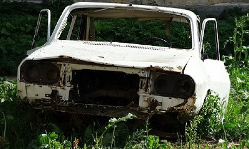 У должника из Новосибирска изъяли кредитный автомобиль, который он прятал на даче