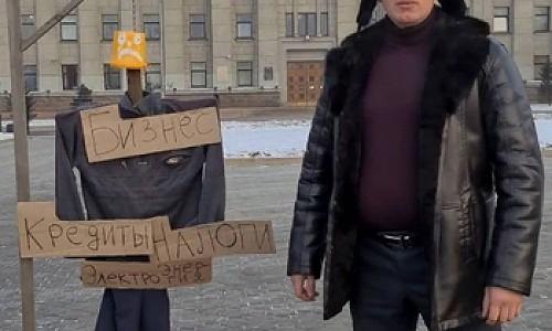 Предприниматель из Иркутска вышел защищать бизнес с макетом виселицы и получил за это штраф
