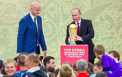 Студентам привезли Кубок чемпионата мира пофутболу