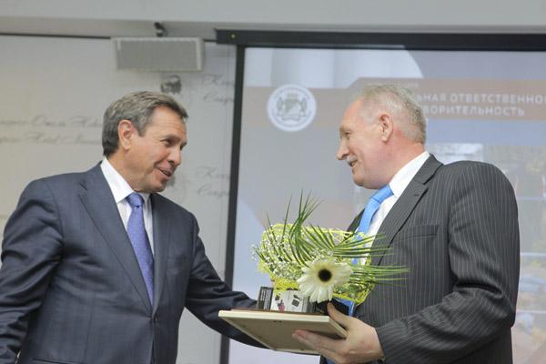 Мэр Владимир Городецкий награждает победителей.
