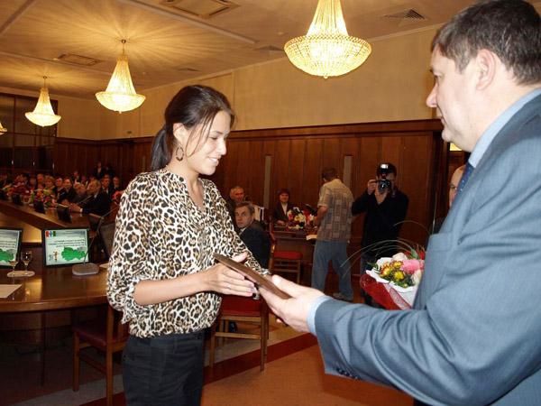 Министр промышленности, торговли и развития предпринимательства Новосибирской области Сергей Сёмка вручает диплом представительнице организации-победителя