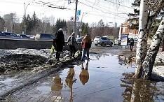 В Новосибирске рассказали когда исчезнут лужи на городских дорогах и тротуарах